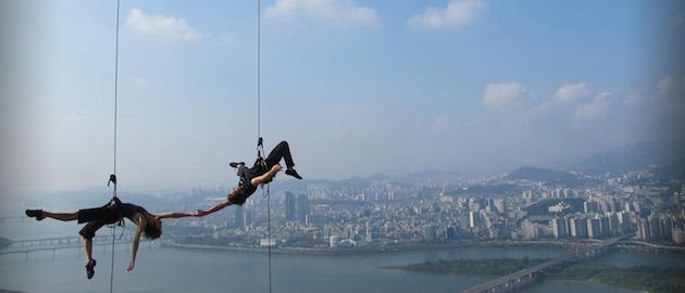 Aerial-Dance-Performances-on-Building-Walls-Feeldesain-Bandaloop6