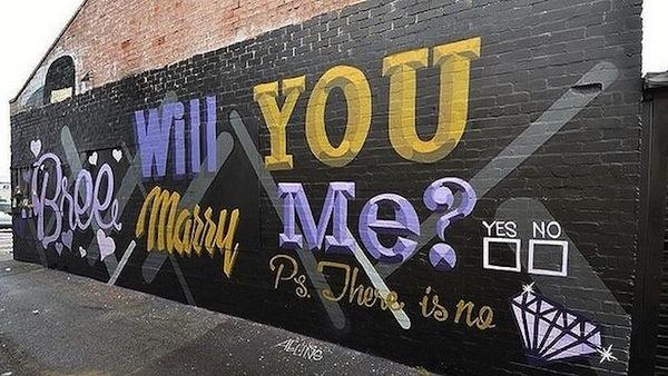 Cerere în căsătorie printre tuburi de graffiti