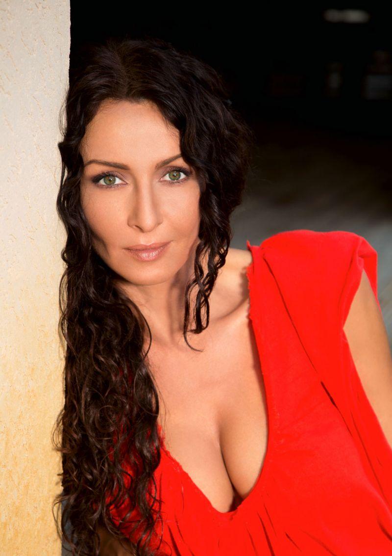Mihaela Radulescu pe rosu