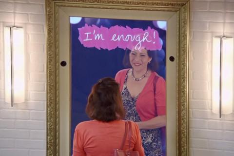 Oglinda cu mesaje încurajatoare pentru femei