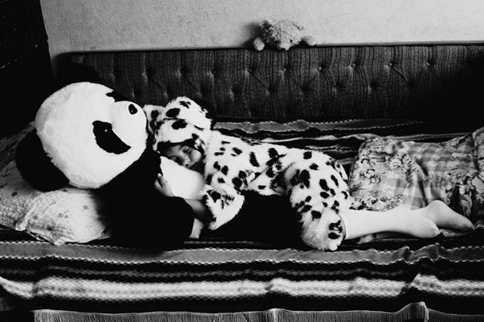 black-and-white-photography-childhood-joy-felicia-simon-14