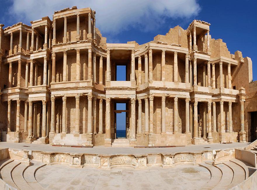 Le rovine del teatro di Leptis Magna in Libia